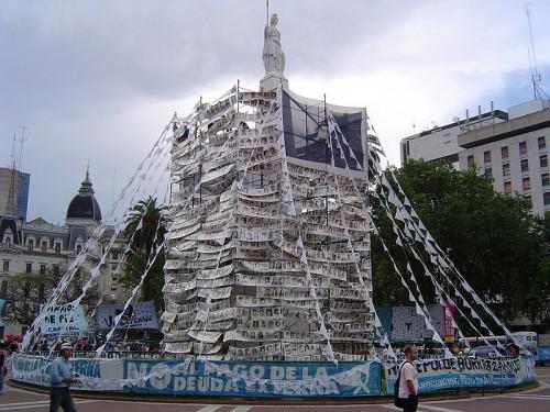 6.Pirámide_de_Mayo_covered_with_photos_of_the_desaparecidos